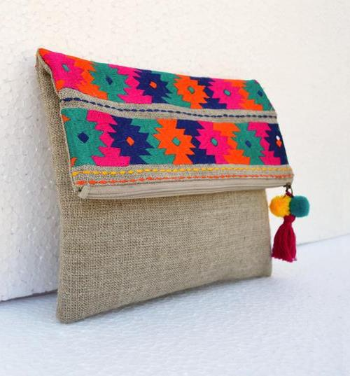 Boho pouch with embroidered kilimpattern #Boho #pouch #bohopouch #embroideredpouch #linenbag #moroccan #foldoverclutch