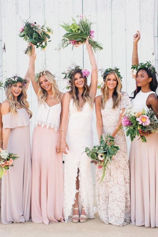 Bridesmaid dresses different from each other just keeping the range of pale pink ... an excellent idea for a boho wedding!