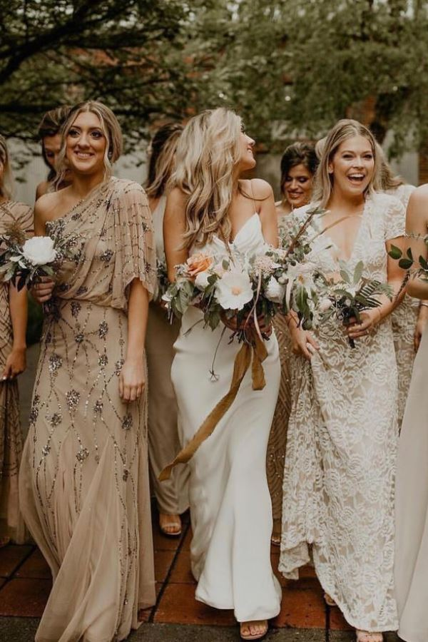 Bridesmaid dresses of different colors ... white, cream, beige, ocher ... great idea for a bohemian wedding!