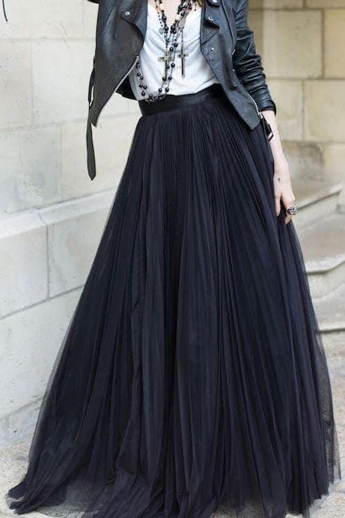 Lovely autumn outfit idea with black pleated maxi skirt