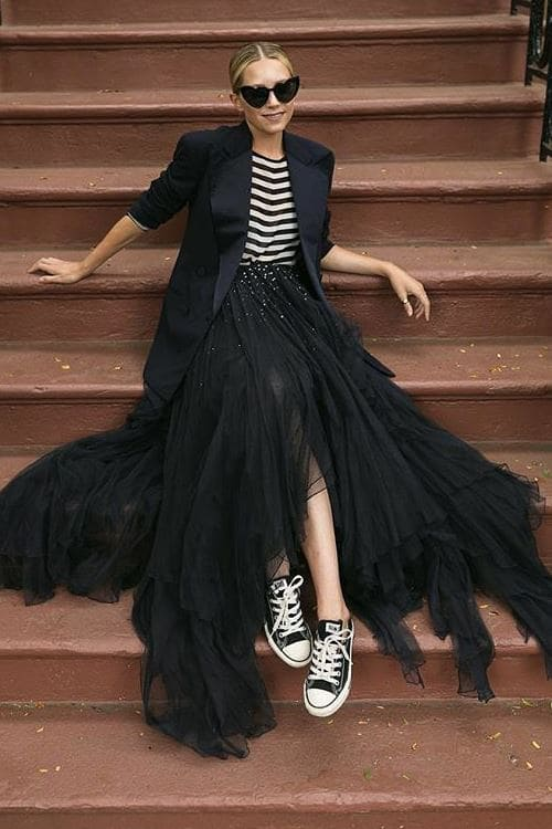 Relaxed Autumn Look Black Maxi Skirt with sneakers