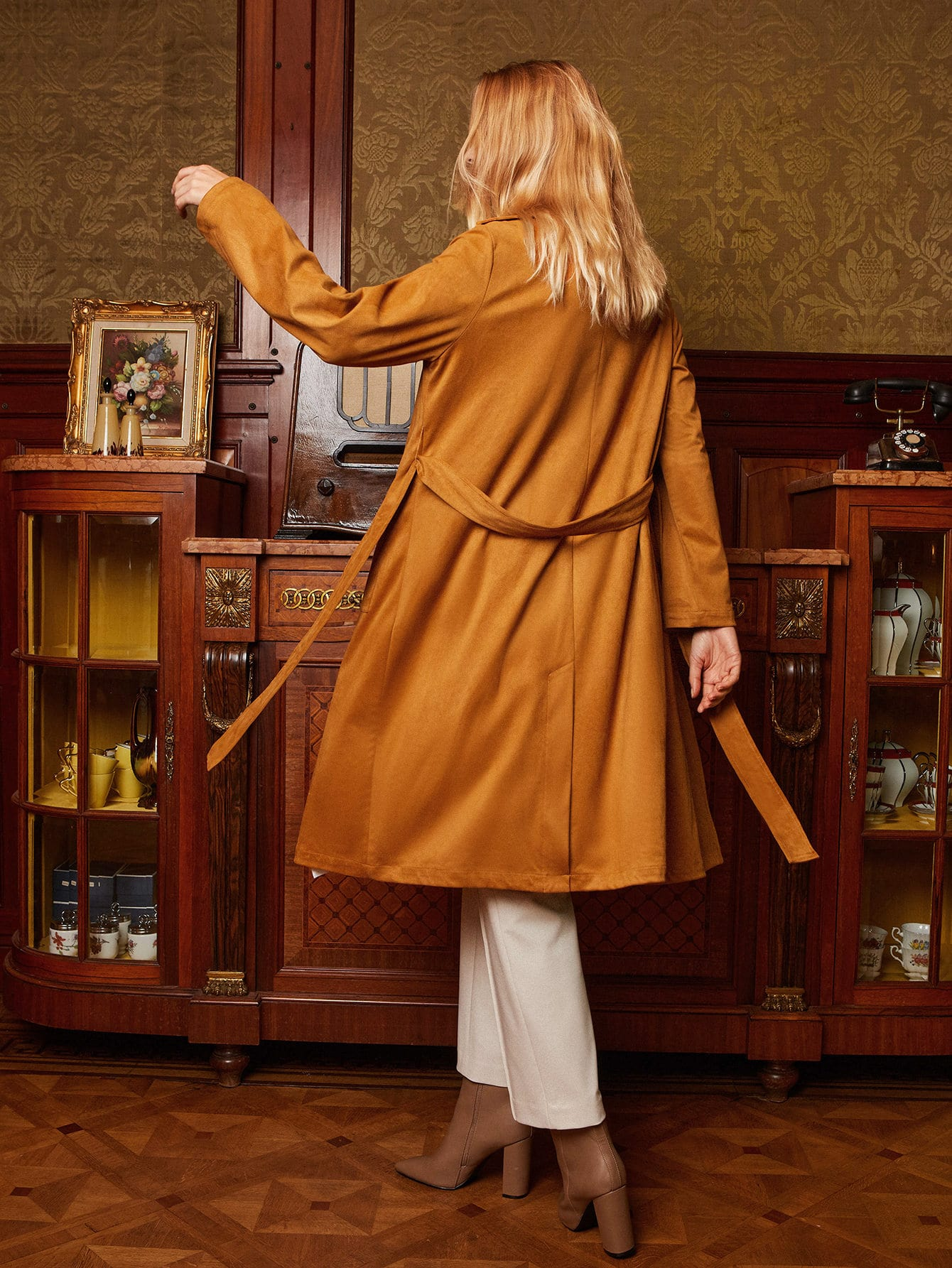 I love the color of this coat! Beautiful autumn outfit, beige pants, blue blouse and this great suede coat, autumn outfit